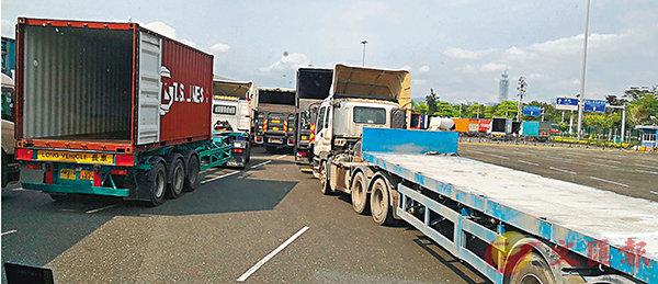 司机核酸采样耗时 港货车进深排长龙
